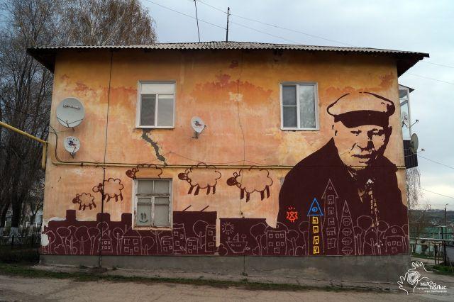 Жители дома по ул. Центральная,1 с большим уважением относятся к его долгожителю Ивану Ивановичу Кораблеву  и называют его хранителем дома