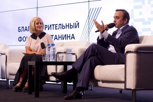 Гор Нахапетян и модератор дискуссии телеведущая Анна Монгайт