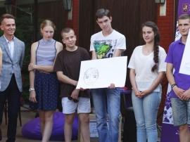 Участники летнего клуба размышляют, как выглядит волонтер