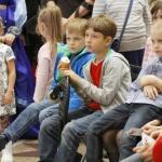 Дети смотрят кукольный спектакль о шарлотке
