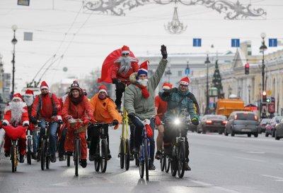 Деды Морозы иСнегурочки устроили велопробег поцентру Петербурга