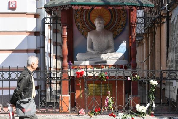 Цветы у посольства Шри-Ланки в Москве